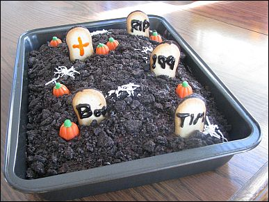 Halloween Cemetery Cake http://www.daycareanswers.com/halloween-party-food.html